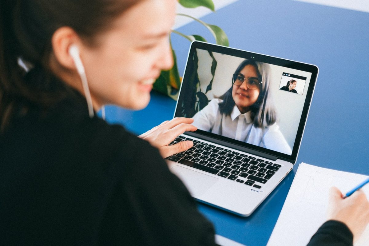 Immagine con persone in video call